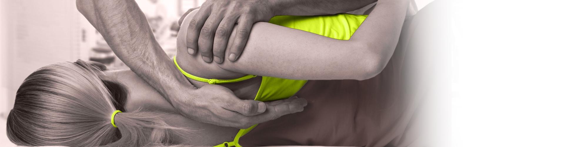 Physiotherapeut bei der Behandlung